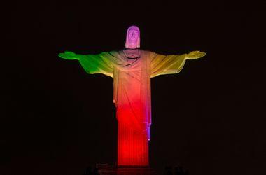 В Рио статую Христа подсветили в цвета стран-участниц ЧМ-2014