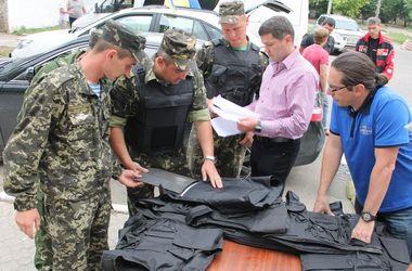 Киевские волонтеры передали бронежилеты, продовольствие и другое николаевским десантникам