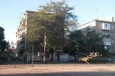 Боевики под российским флагом разъезжают на танках в Торезе