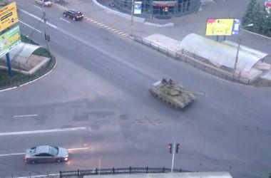 Колонна танков и бронемашин под российским флагом проехала по Макеевке