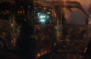 Взорвавшийся возле Донецкой ОГА микроавтобус сгорел дотла