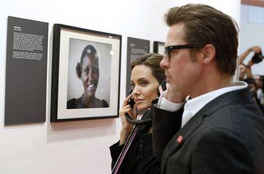На саммите в Лондоне две женщины упали, пытаясь сфотографировать Джоли и Питта