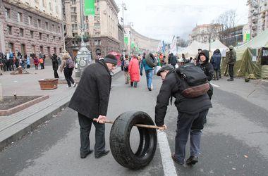 С Майдана на КАМАЗах увозят шины