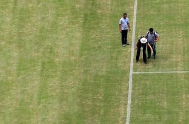 Перед матчем Англия - Италия на поле красят траву!