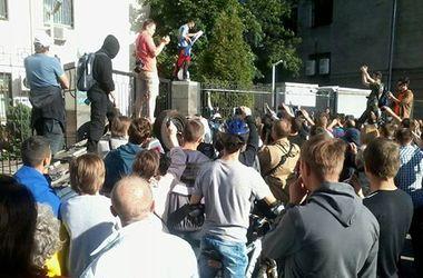 Возле посольства РФ подожгли первые шины