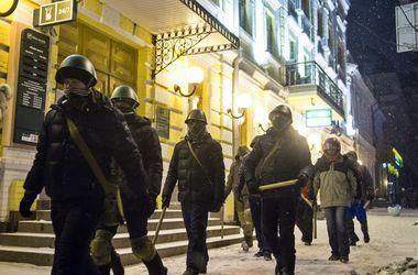 Самооборона Майдана задержала мужчину с канистрой бензина у здания посольства России