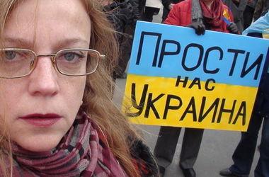 Несколько десятков россиян попросили прощения под посольством Украины