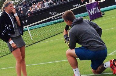 Теннисист сделал предложение своей девушке прямо на корте