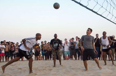 Звезды футбола сыграли в фут-волей на пляже в Рио