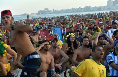 На самом известном в мире пляже болеют футболом