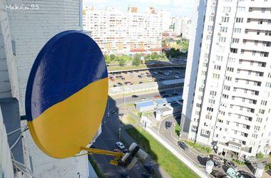Киевляне красят антенны в национальные цвета и  во дворах выкладывают герб Украины из бутылок