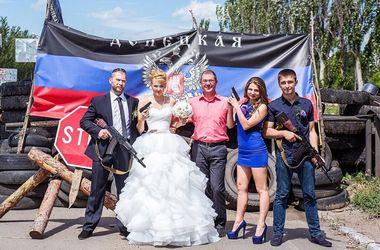 В Донбассе молодожены отметили свадьбу с автоматами и пистолетами