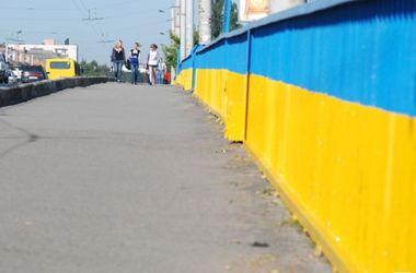 Центральный мост Луцка стал сине-желтым