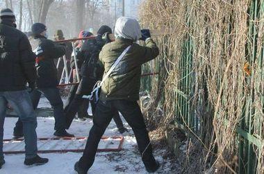 В ОГА Днепропетровска нашли черенок с гвоздями и георгиевской лентой