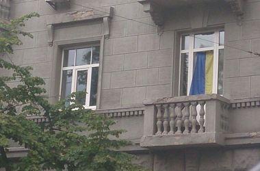 Киевские окна украшают патриотическими занавесками