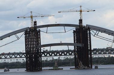 Над Подольским мостом подняли последнюю арку