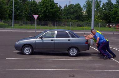 В Донецке милиция эвакуирует автомобили из опасных зон