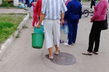 Водный коллапс в Донбассе: люди выстраиваются в очереди к колодцам и изучают карты подземных источников