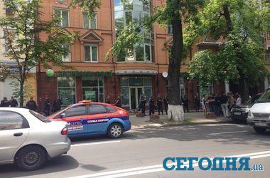 В центре Киева люди в масках разгромили отделение банка