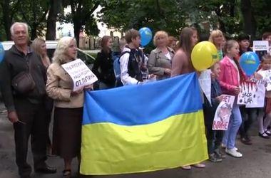 Под консульством РФ во Львове пели песню о Путине и жгли портреты