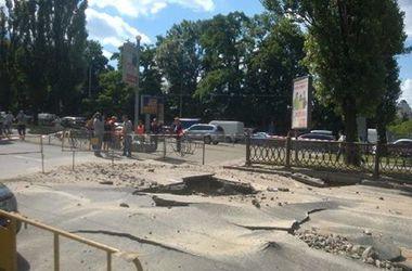ТОП-7 провалов в Киеве: в мае дороги портили дожди, а в январе - коммунальщики (фото)
