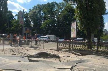 Гигантскую яму на бульваре Шевченко в Киеве будут чинить до четверга