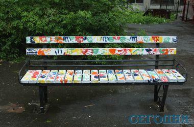 В Киеве студенты раскрасили лавочки возле КПИ