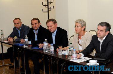 Во время консультаций в Донецке Медведчук сел рядом с Шуфричем, а Кучма был очень серьезен
