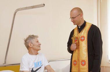 Священнослужители из Западной Украины помогают раненым в ходе АТО