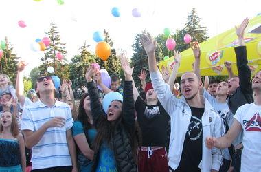 В Донецке выпустили в небо воздушные шары за мир