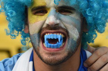 Вампиры, Суаресы и красивые девушки: яркие кадры фанов Колумбии и Уругвая