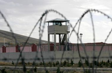 Радиоуправляемый вертолет с наркотиками рухнул на тюрьму