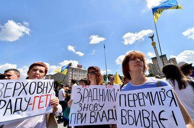 Евромайдановцы требовали от Порошенко возобновления АТО