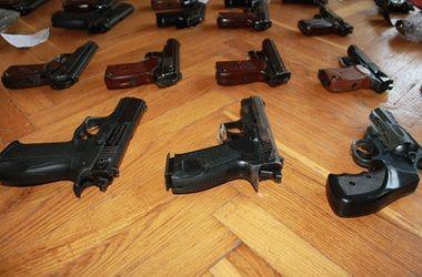 Под Киевом мужчины покупали запчасти к оружию через соцсети и продавали их со скидкой