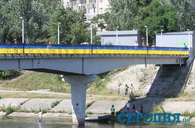 Киевляне разукрасили мост на Русановке в национальные цвета