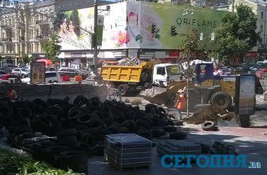 На Крещатике сносят баррикады, майдановцы запрещают фотографировать процесс
