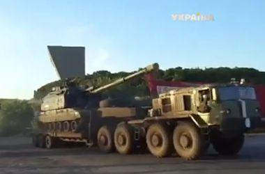 В Славянск движется огромная колонна бронетехники