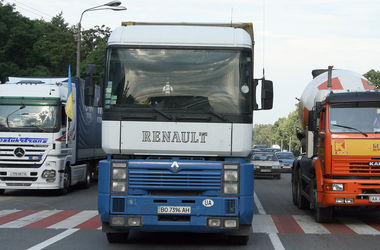 Тяжелые грузовики перестанут пускать в Киев днем