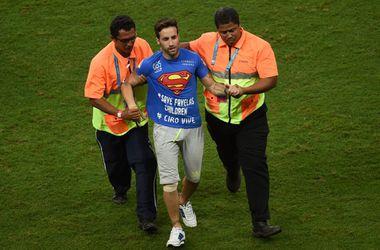 Чтобы выбежать на поле во время матча ЧМ, фанат притворился инвалидом