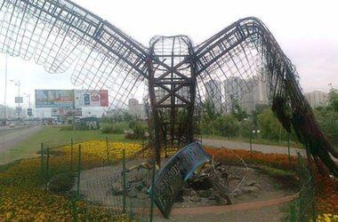 В Киеве вандалы сожгли гигантскую скульптуру орла