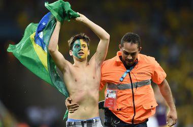 После матча Бразилия - Колумбия на поле выбежал болельщик