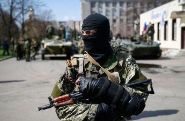 По центру Донецка движется колонна террористов