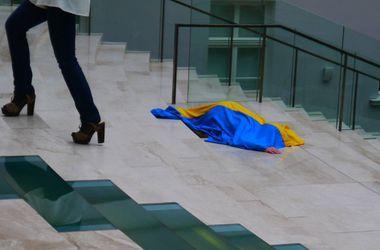 Украинская художница устроила в России акцию: полчаса лежала на лестнице, завернутая во флаг