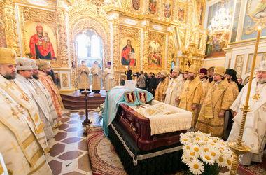 Прощание с митрополитом Владимиром: Люди несут ромашки, а монахини молятся на коленях