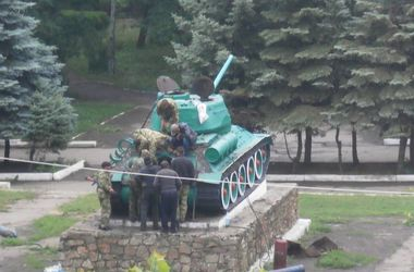 В Антраците боевики решили починить танк с постамента