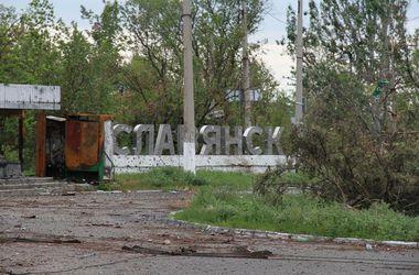 Последствия пребывания террористов в Славянске: грязь, разруха и снаряды в асфальте