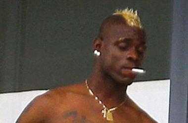 Звезду сборной Италии Балотелли снова застукали с сигаретой
