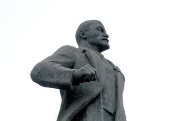 """В Сумской области """"избавились"""" от памятника Ленину"""