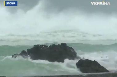 На Японию обрушился мощный тайфун: волны достигают 14 м в высоту