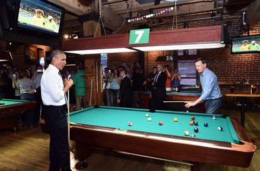 Обама выпил пива и сыграл в бильярд